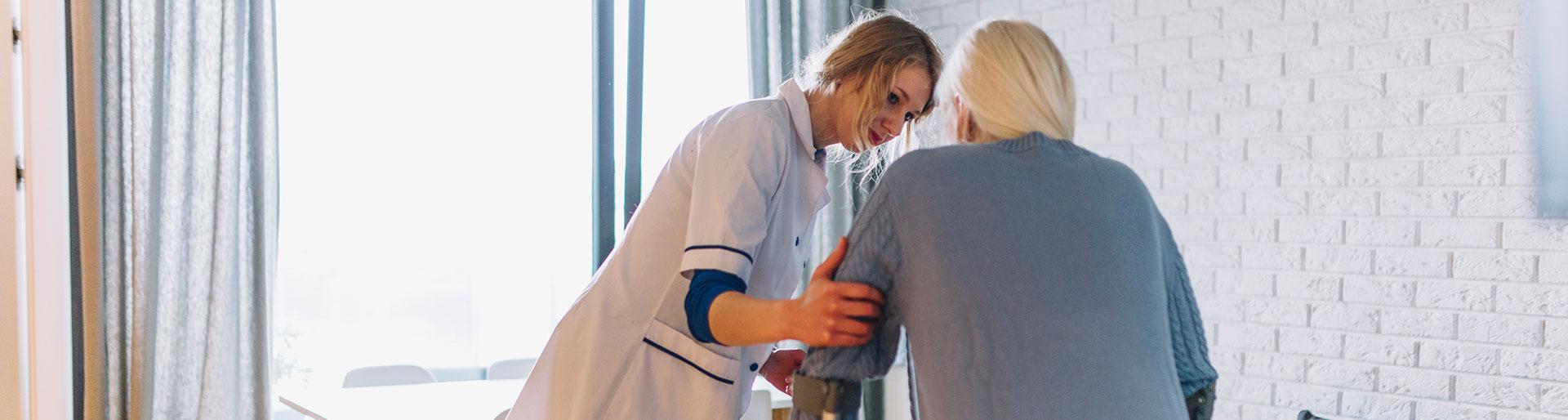 Titre Pro ADVF - Femme aidant une femme agée