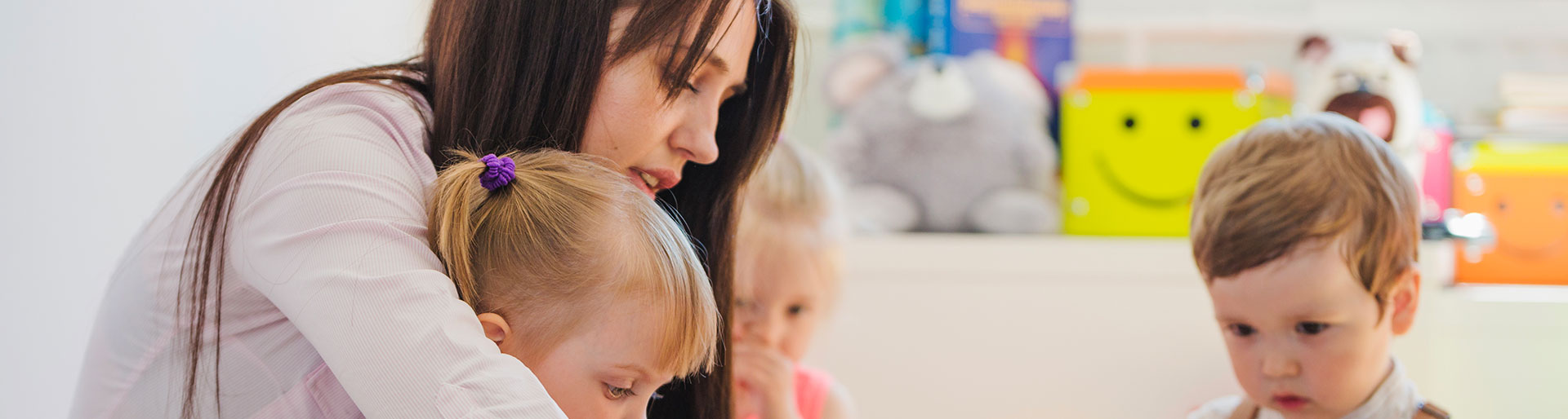 DE AES - Femme s'occupant d'enfants