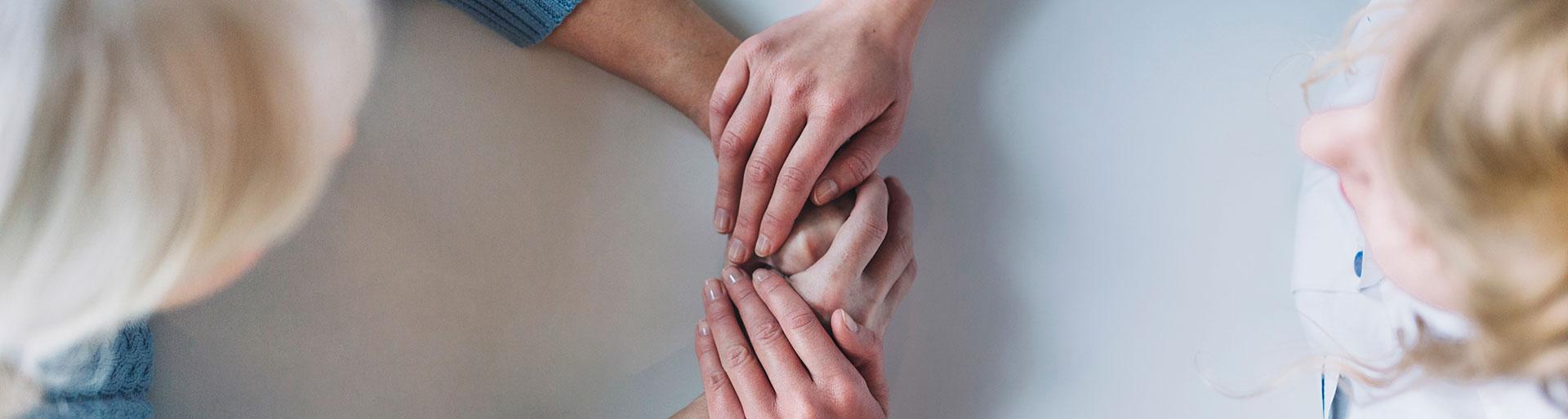 CAPa SAPVER - deux femmes se tenant les mains