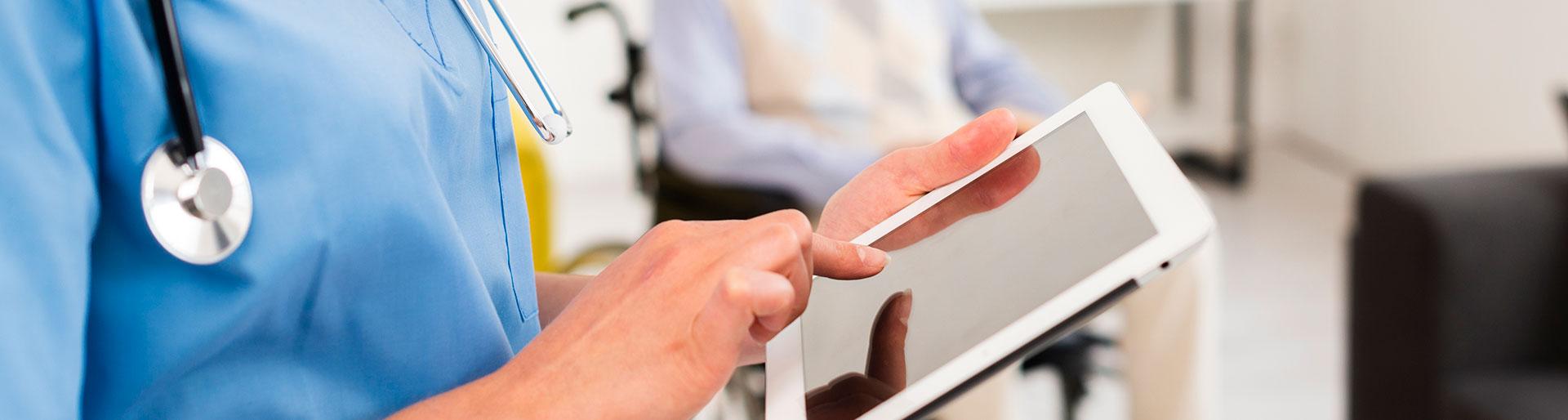 Bac Pro SAPAT - Femme sur une tablette maison de retraite
