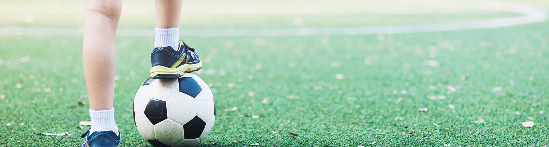 CS MTSL - Enfant jouant au foot sur un terrain synthétique